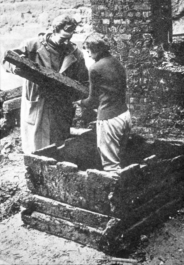 Audrey Baines and Noel Ivor Hume ressembling a Roman well